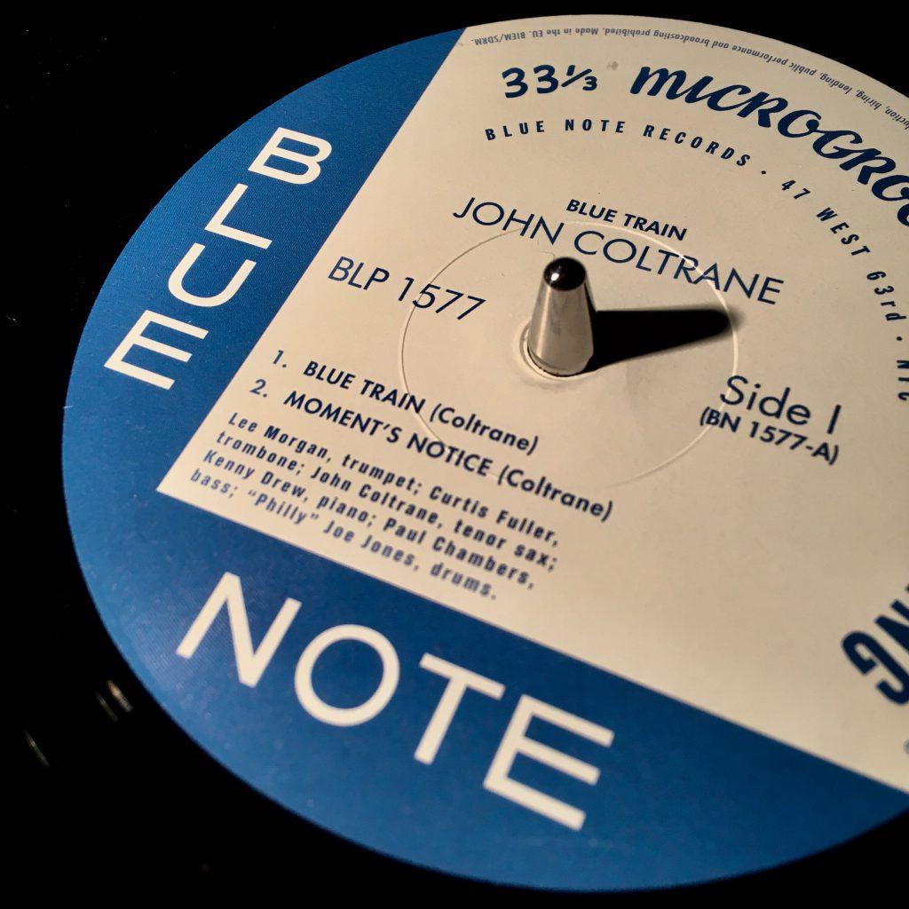 """Schallplatte mit Aufschrift """"Blue Note"""""""