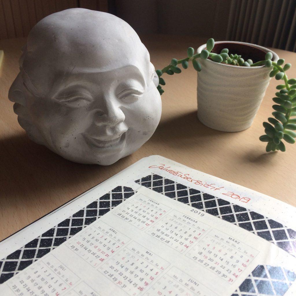 Buddha-Figur neben Kalenderblatt 2019