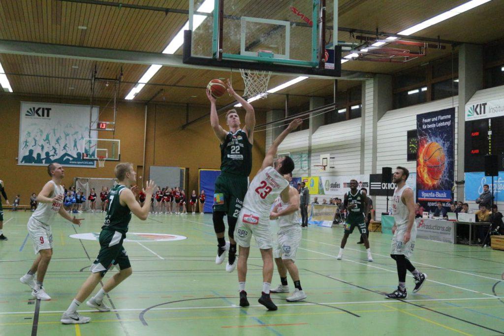 Korbwurf beim Basketballspiel