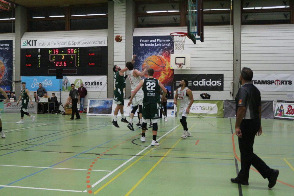 Gegenerische Spieler beim Basketballspiel