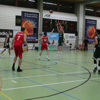 Werfender Basketballspieler im Spiel auf dem Feld