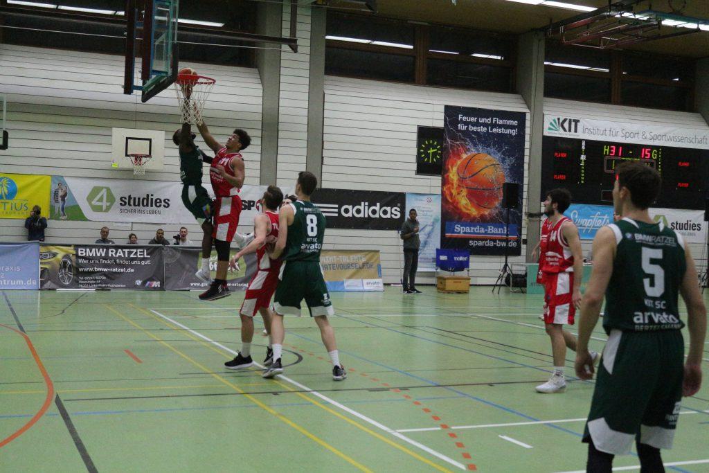 Basketballspieler am Korb während eines Spiels