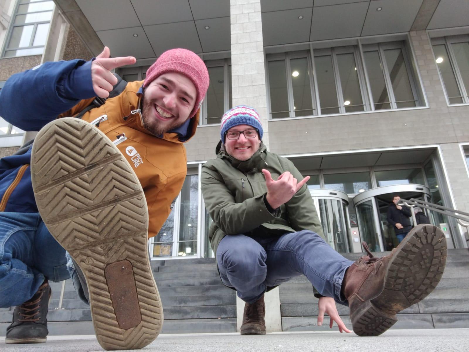 Moderatoren Yannick und Chris vor KIT-Bibliothek