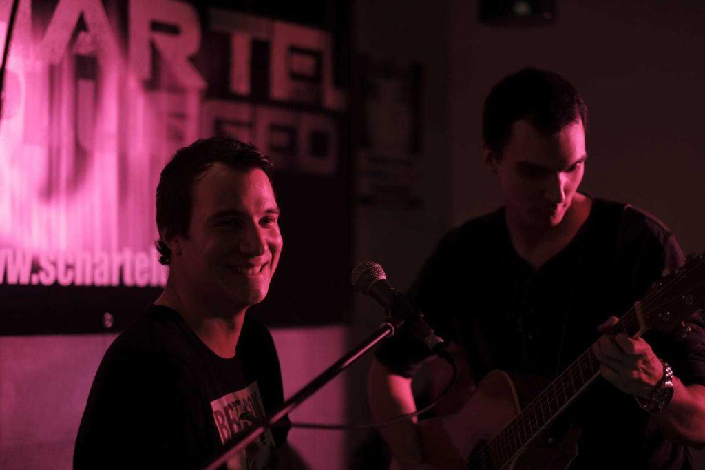 Zwei Musiker mit Mikro und Gitarre