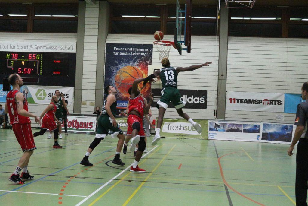 Gegnerische Basketballspieler auf dem Spielfeld in der Halle