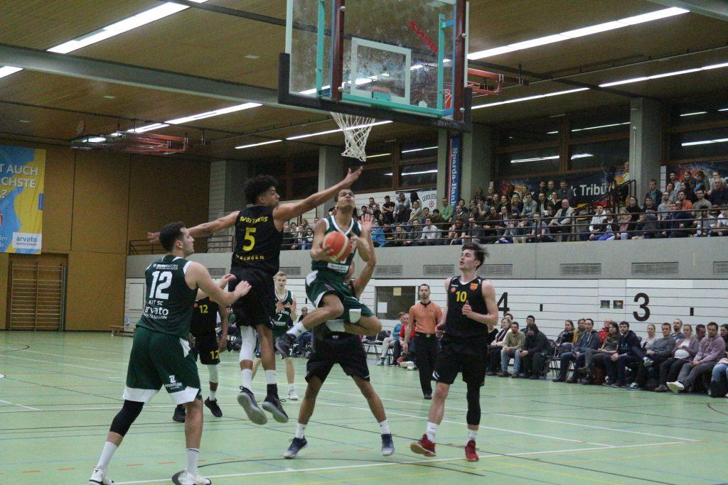 Basketballspieler im Spiel beim Korbwurf