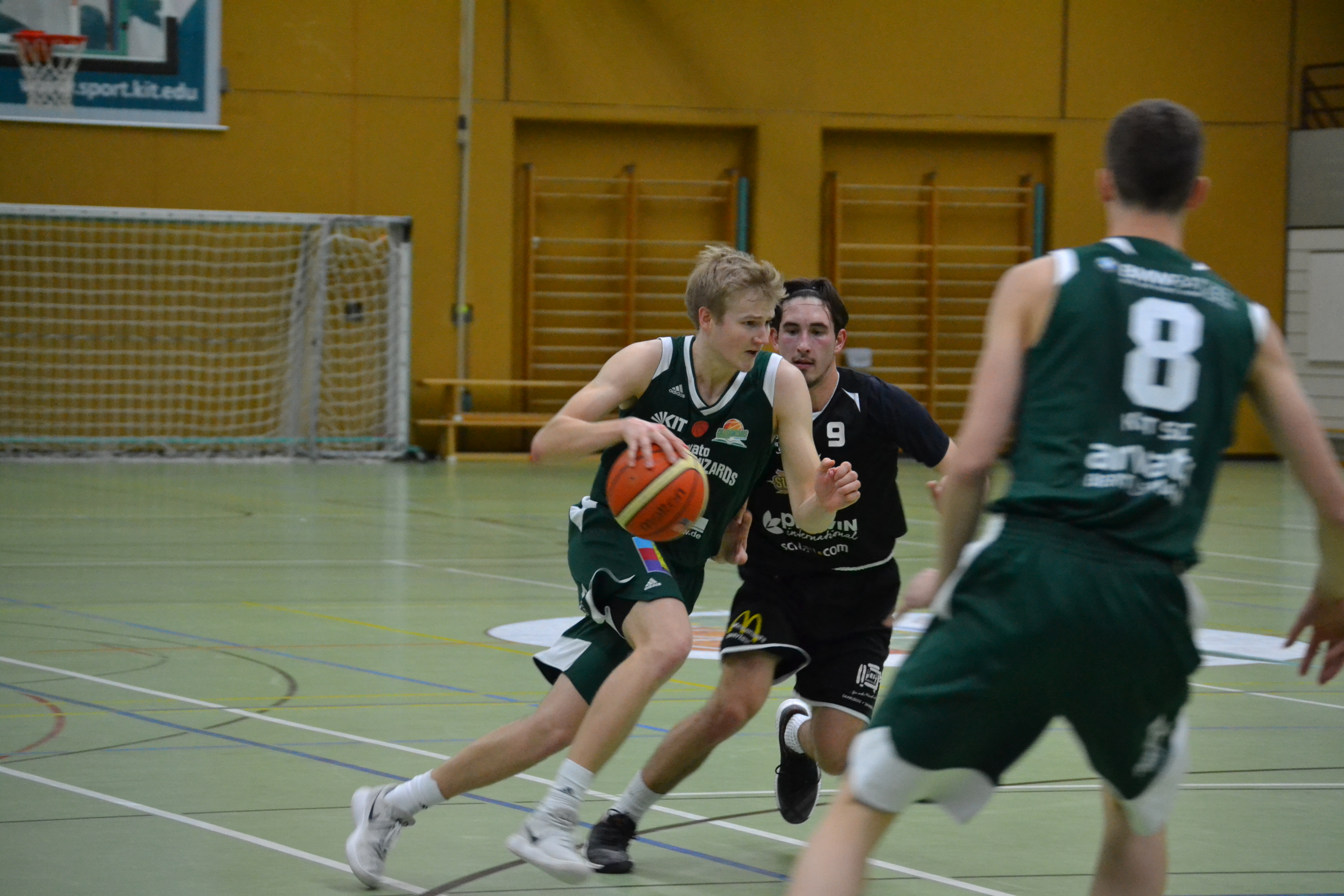 Basketballspieler dribbelt auf dem Spielfeld