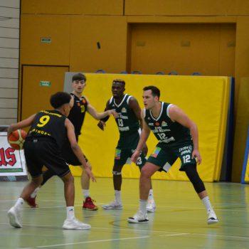 Gegnerische Basketballspieler auf dem Feld