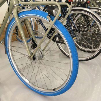 Blaues Vorderrad eines Fahrrads