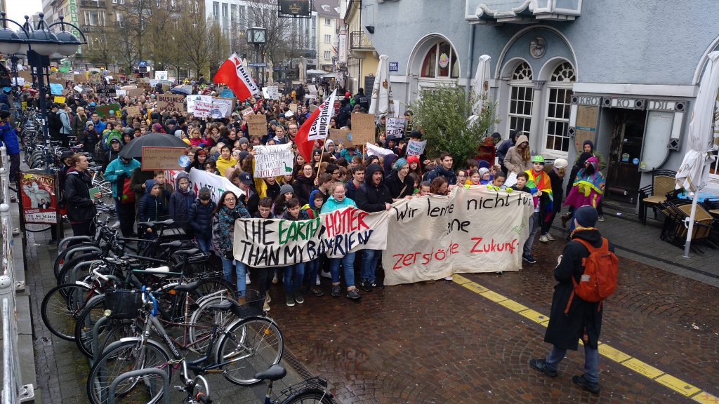 Gruppe von Demonstrnten für Klimaschutz in Karlsruher Fußgängerzone