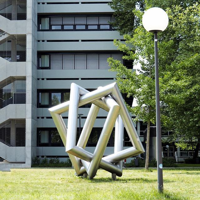Skulptur vor KIT-Gebäude