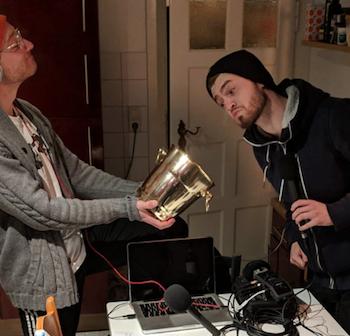Moderatoren Yannick und Chris mit einem Lostopf in der Küche