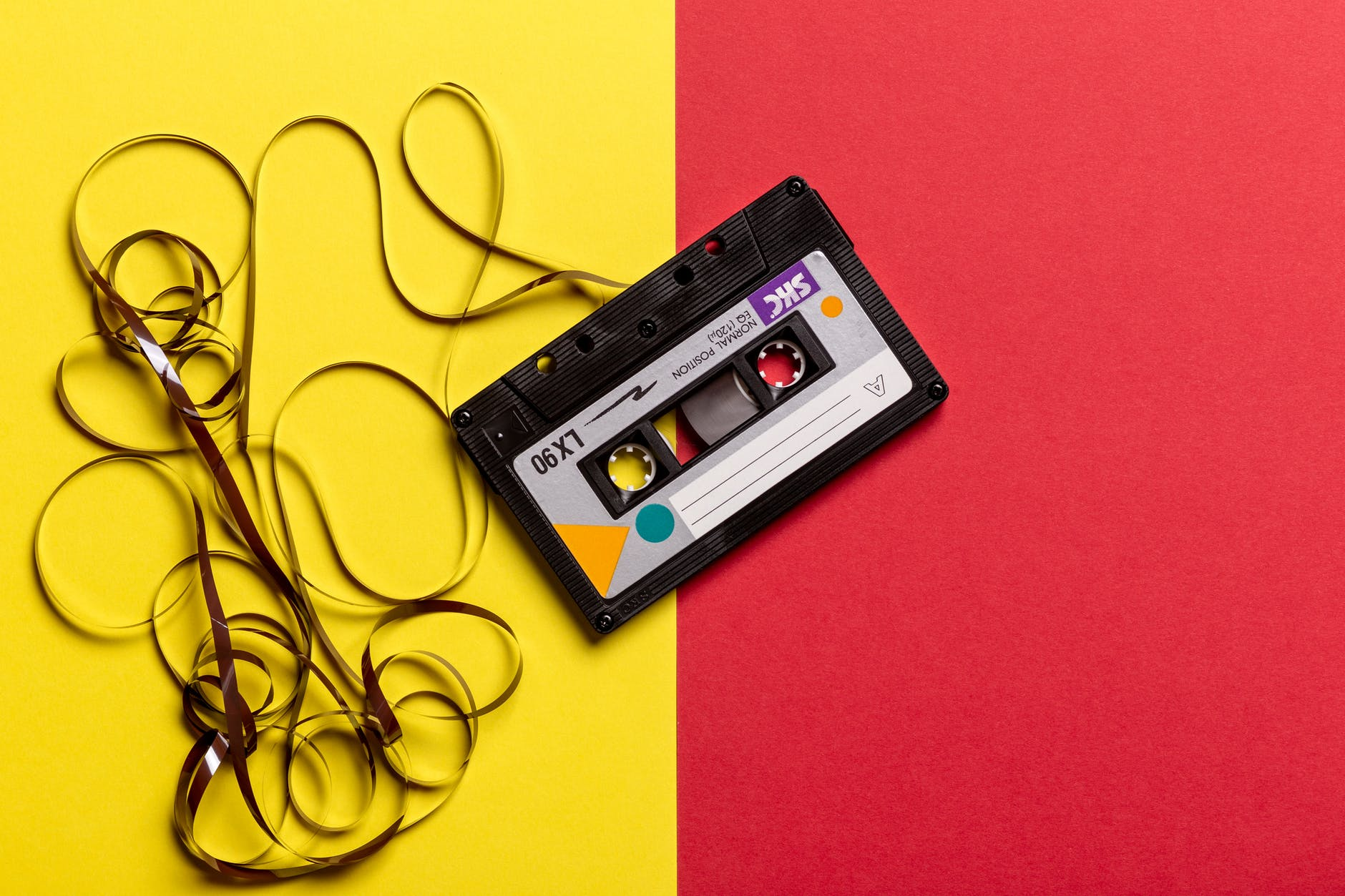 Kassette mit herausgedrehtem Tonband
