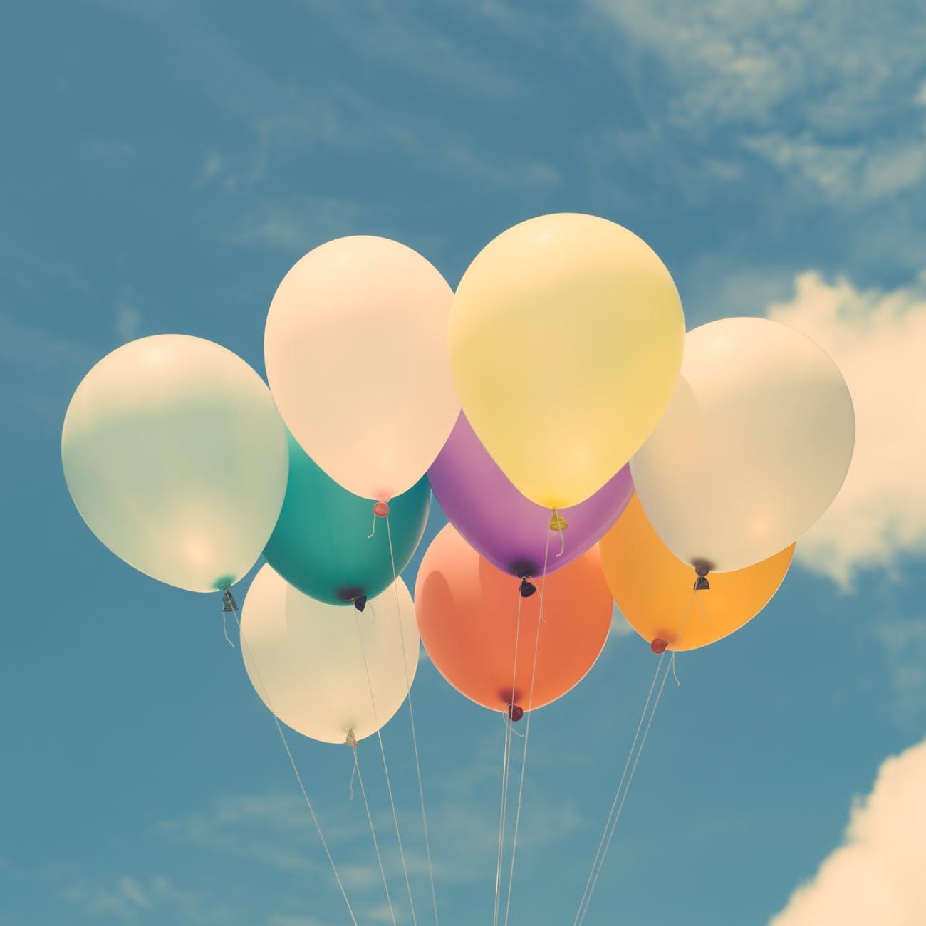 ein Bund Luftballons am Himmel
