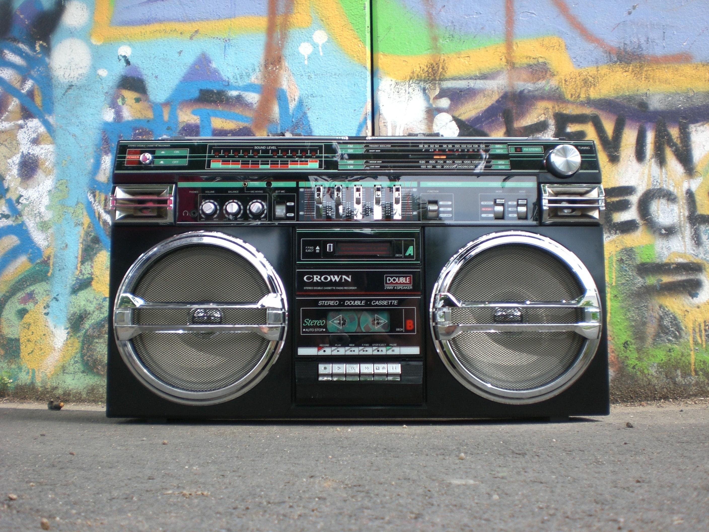 Ghettoblaster vor Wand mit Graffiti