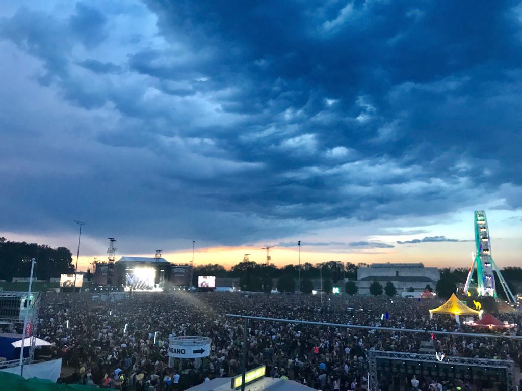 Festivalgelände mit Bühne und Menschenmenge