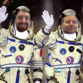 Zwei winkende Astronauten im Raumanzug mit Gesichtern der Moderatoren Johannes und Josh