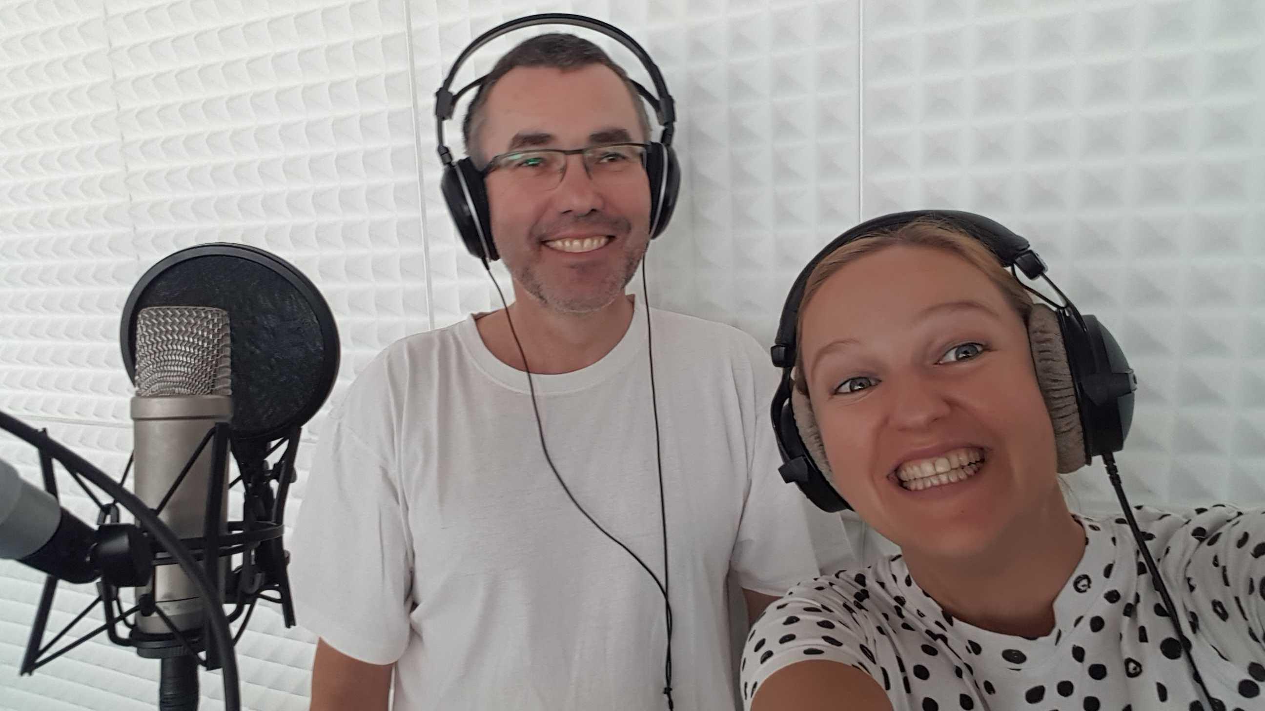 Anna und Ralf mit Kopfhörern im Radiostudio
