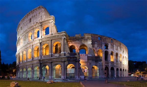 römisches Kolosseum im Scheinwerferlicht am Abend
