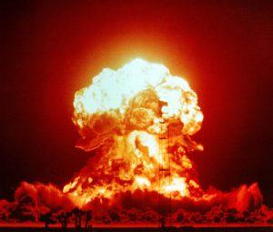 Atompilz aus Qualm und Feuer vor dunklem Himmel