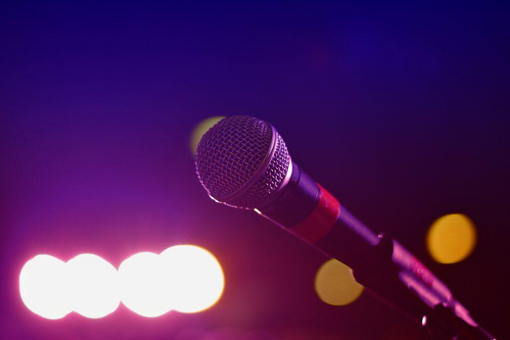 Mikrofon im Scheinwerferlicht