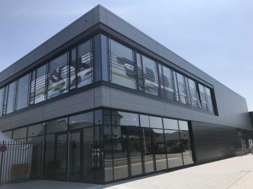 Firmengebäude mit vielen großen Fenstern