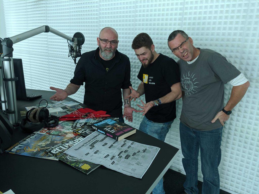 Moderatoren Matz, Ralf und Chris im Studio mit einem Stapel Schallplatten