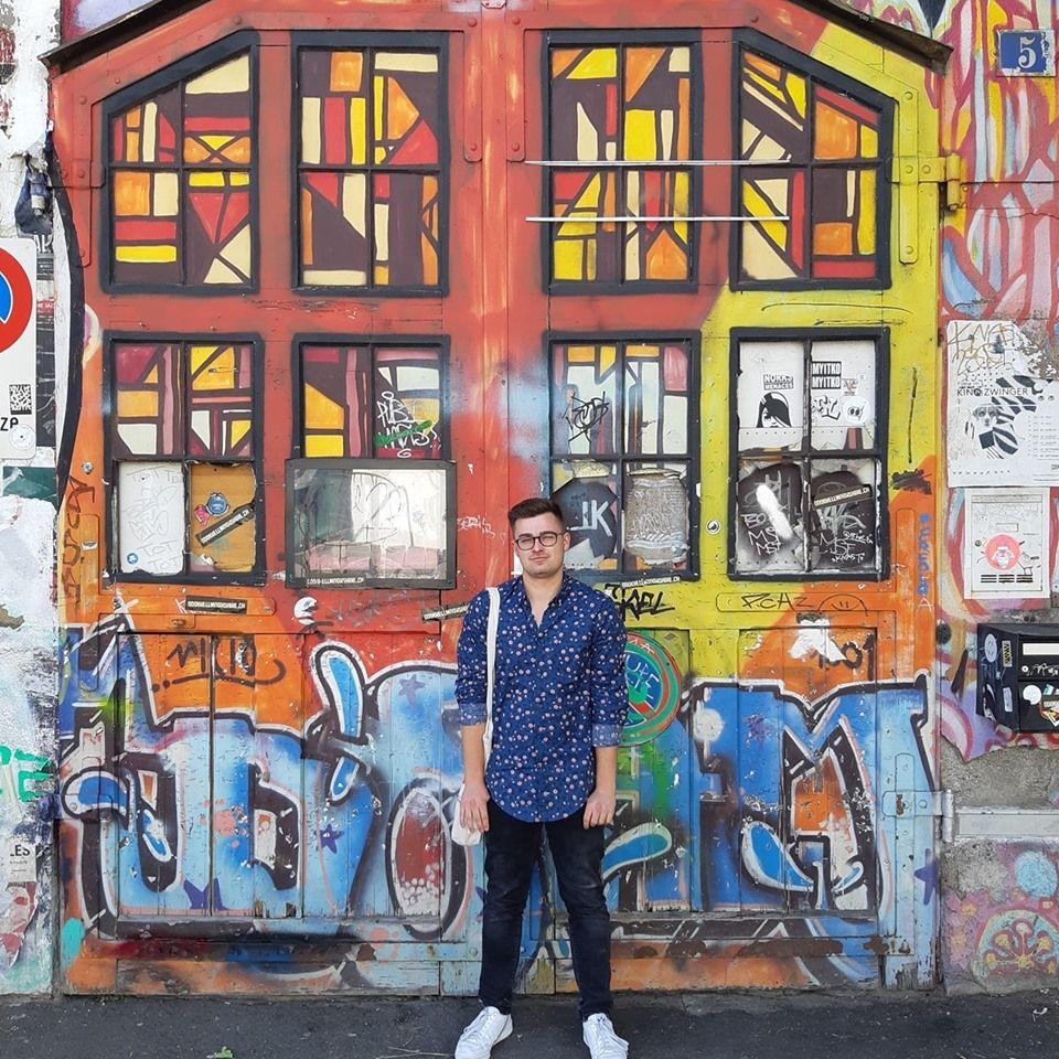DJ Rauppy vor Tor mit Graffiti
