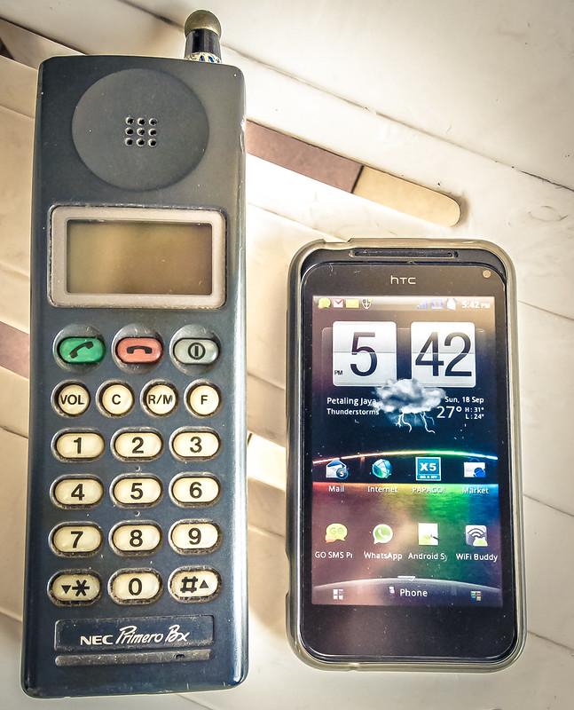 Schnurloses Telefon neben einem Smartphone