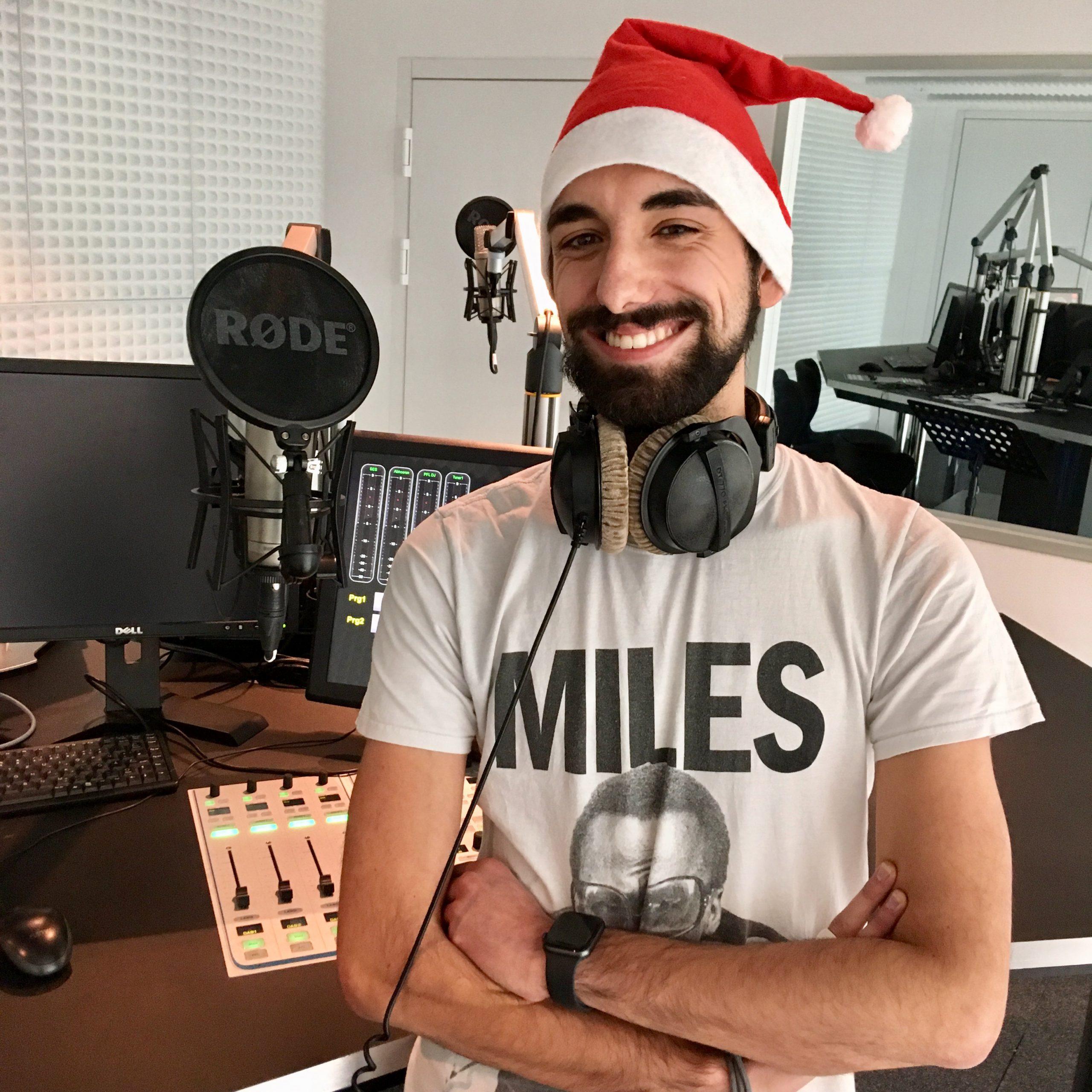 Moderator Josh mit Weihnachtsmütze