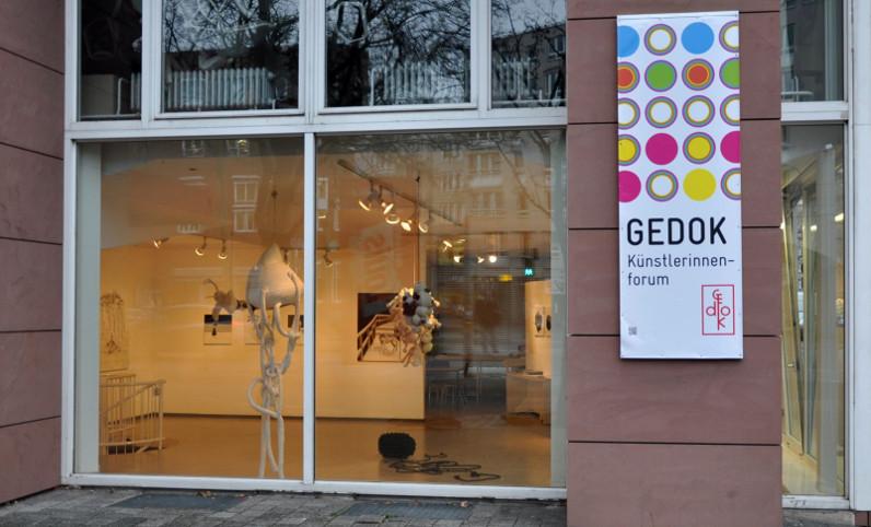 """Schuafenster mit Schild """"GEDOK"""""""