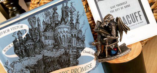 Drachenfigur und Bücher