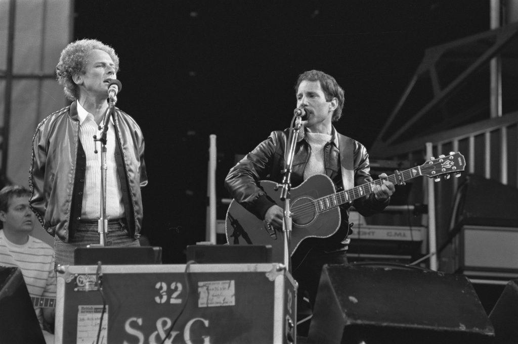 Musiker Simon and Garfunkel auf der Bühne