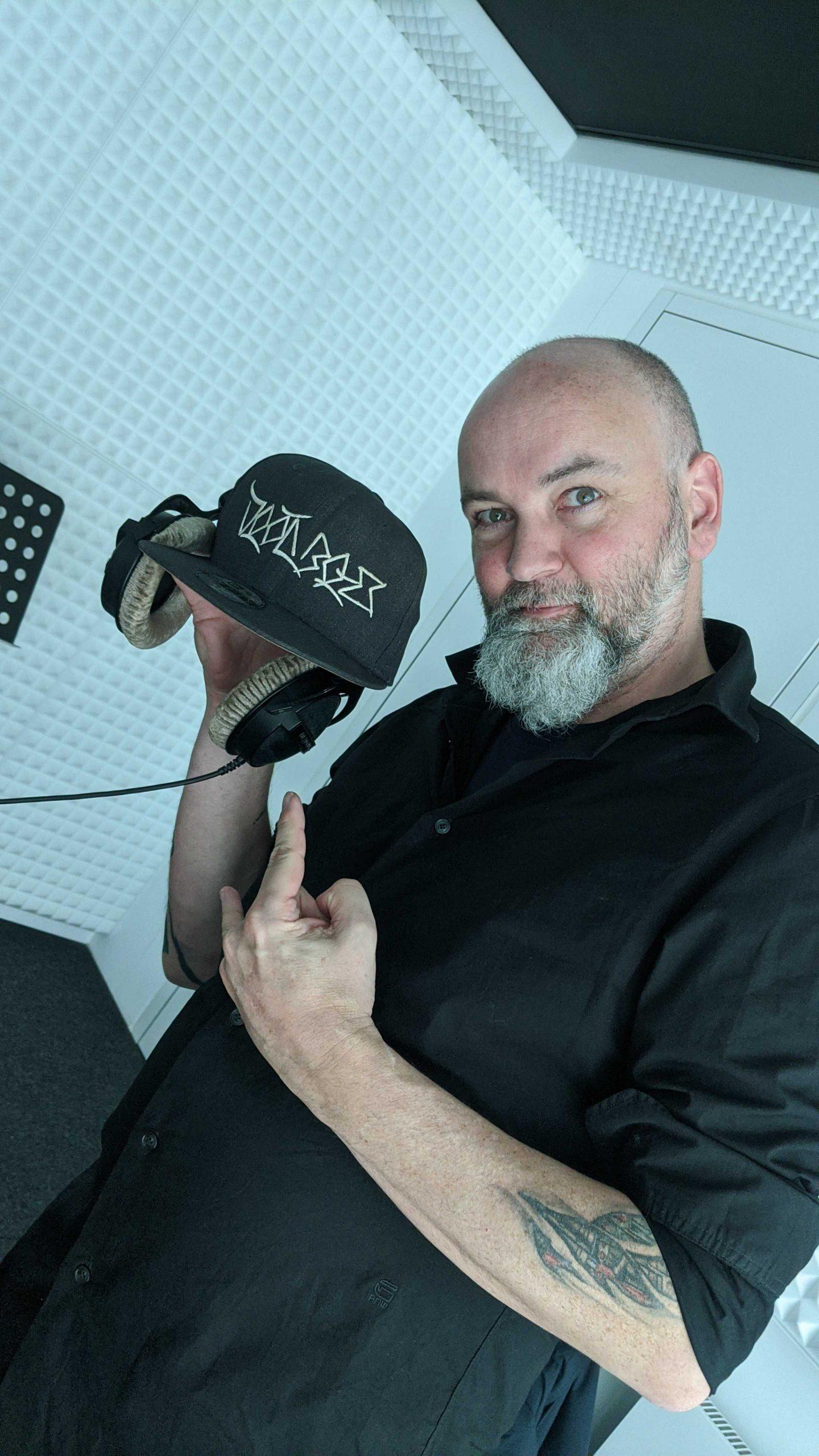 Redakteur Matz Kastning mit Kopfhörern im Radiostudio
