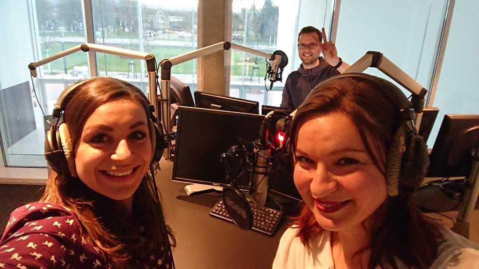 Moderator mit mit zwei weiblichen Gästen im Radio-Studio