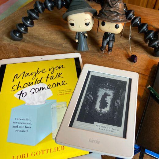 E-Reader; Buch und Fantasy-Figuren