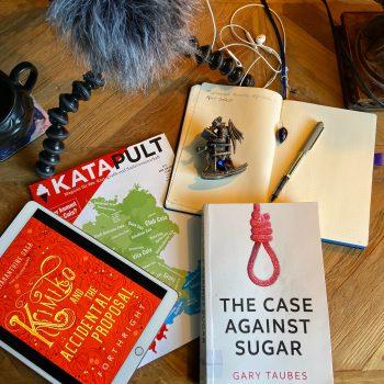 Bücher, ein Magazin und ein Notizbuch