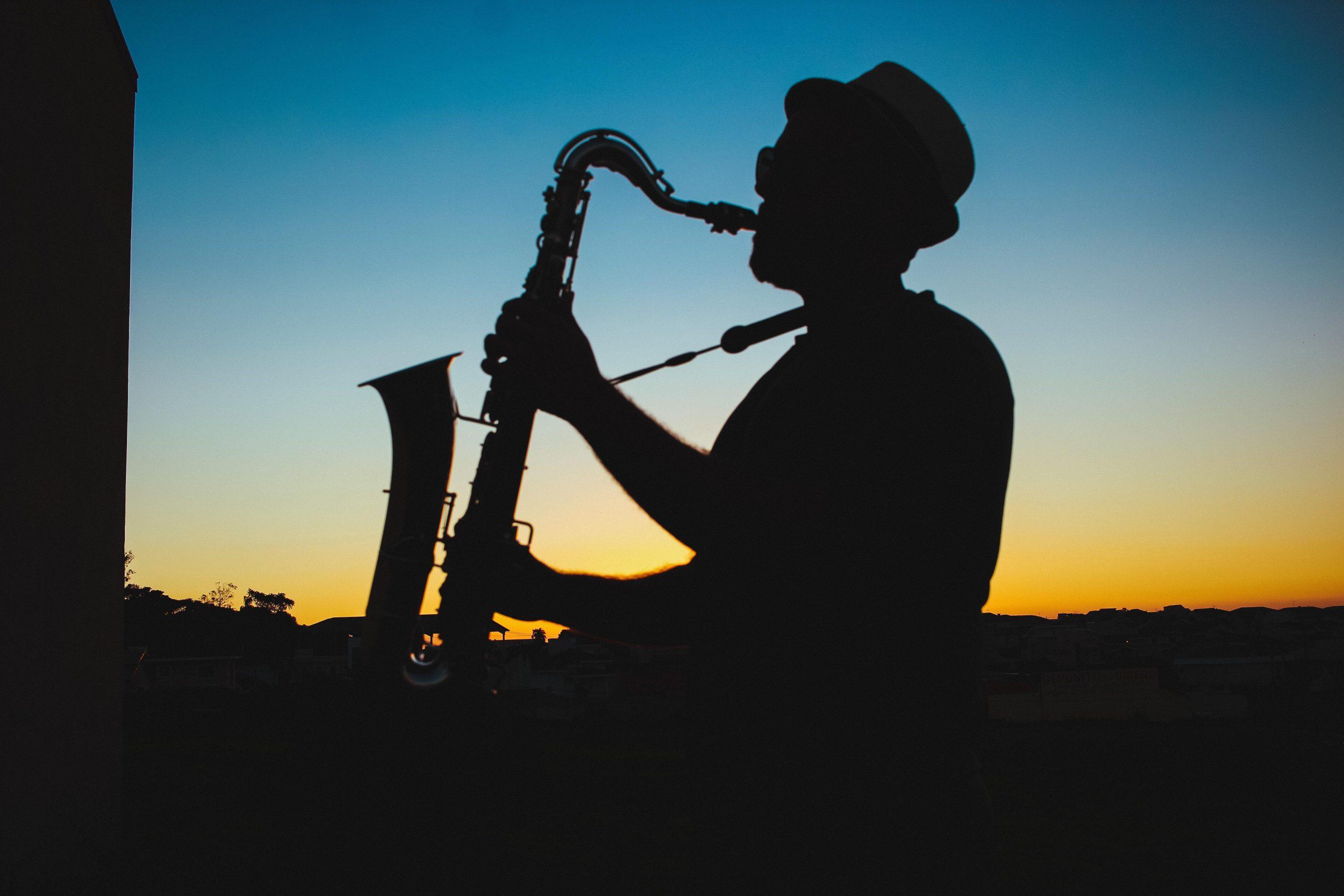 Saxophonspieler im Abendlicht