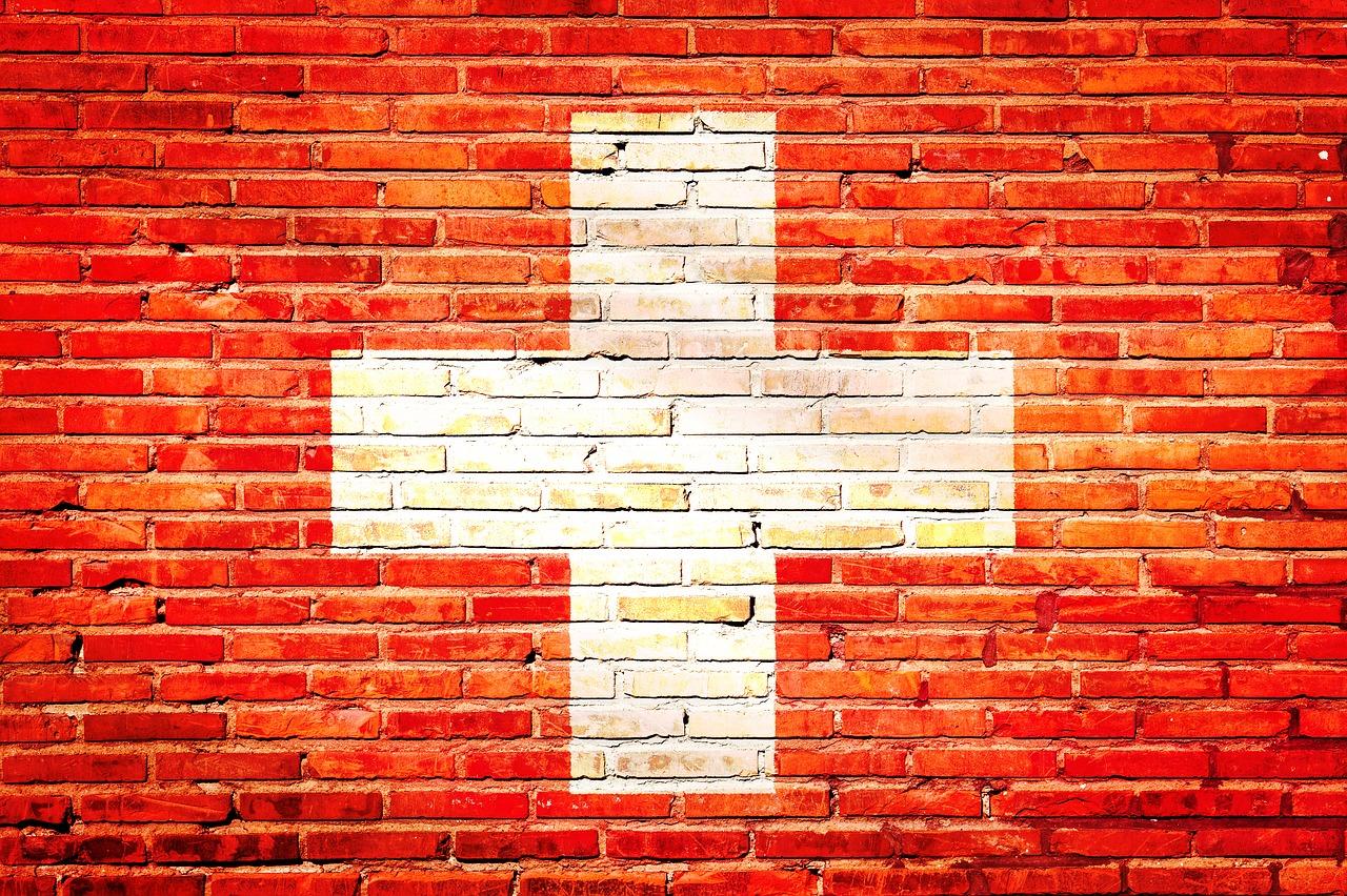 Schweizer Flagge auf eine Backsteinwand gemalt