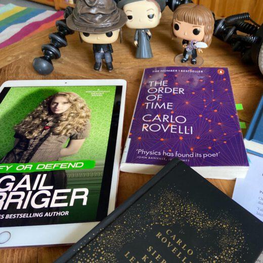 Bücher mit Aufnahmegerät und Kopfhörern