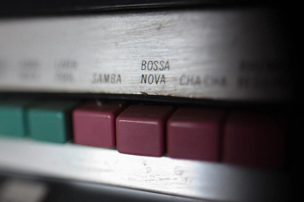Tasteb eines Plattenspielers, beschriftet mit Bossa Nova