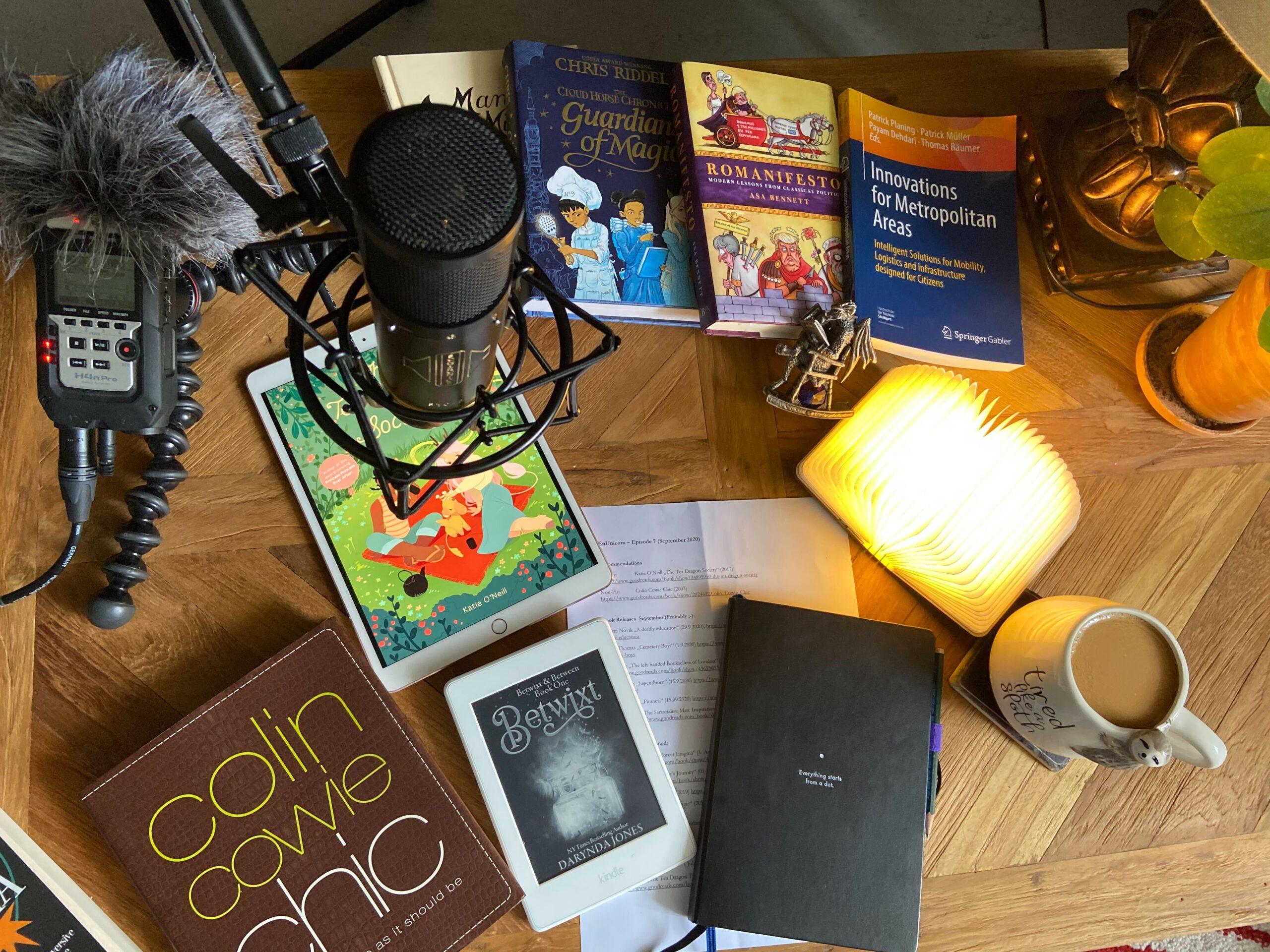 Tisch bit Büchern, darüber ein Mikrofon