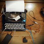 Schreibmaschine mit Kabeln und Adaptern