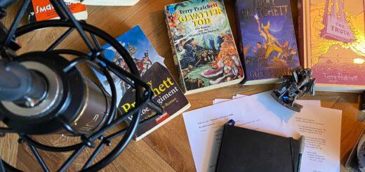 Bücher auf einem Tisch mit Mikrofon