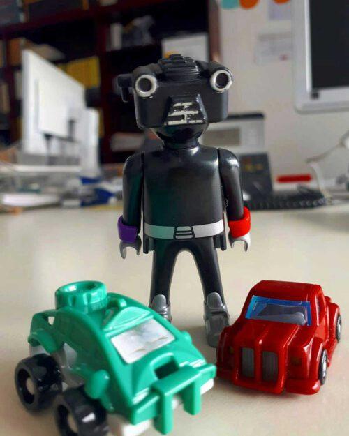 Spielzeugroboter und Spielzeugautos