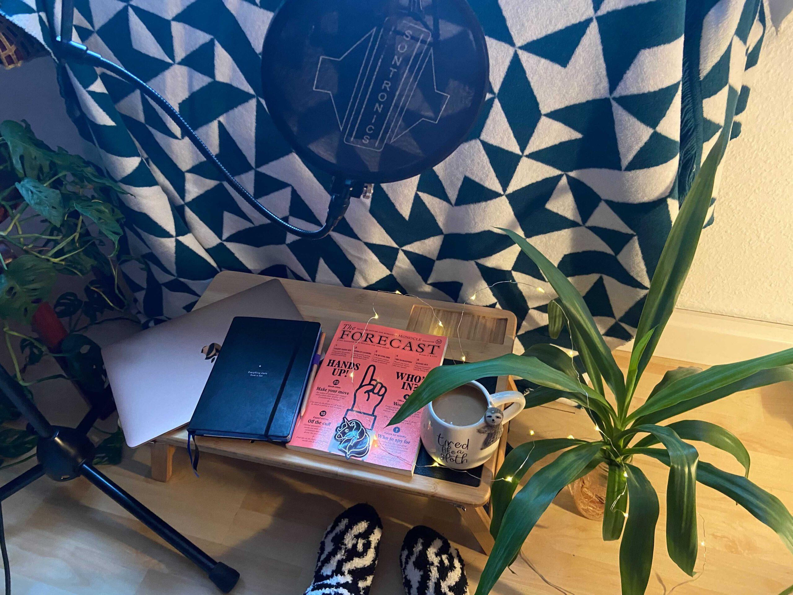 Podcast-Mikro, Buch und Teetasse