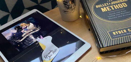 Tisch mit Buch, Tablet und Teetasse