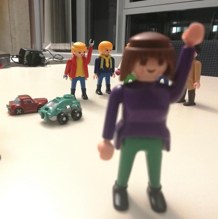 Playmobil-Männchen mit erhobenen Armen