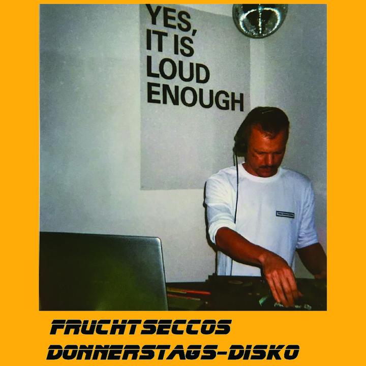 Mann am DJ-Pult