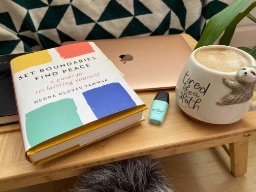 Buch, Laptop und Kaffeetasse